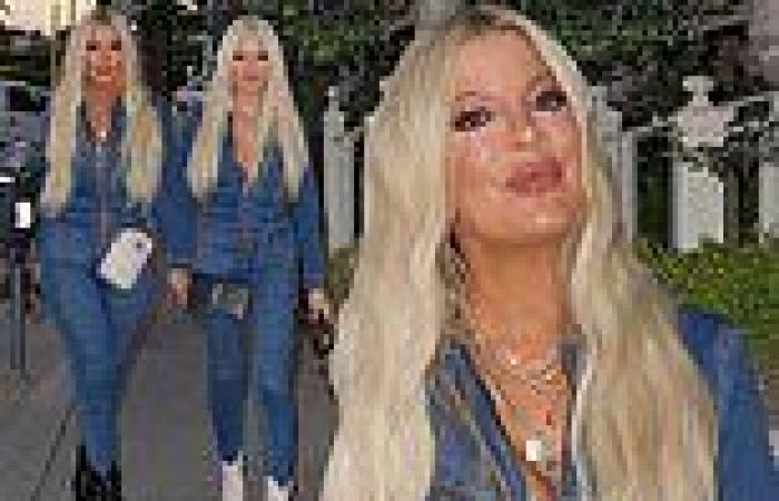 Tori Spelling and hairstylist Laura Rugetti look like twins in matching denim ...