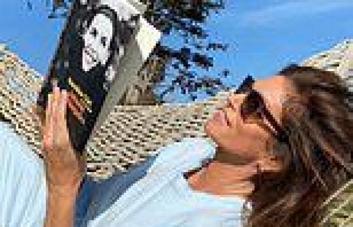 Cindy Crawford enjoys the last days of summer in an all-sky blue outfit and ...