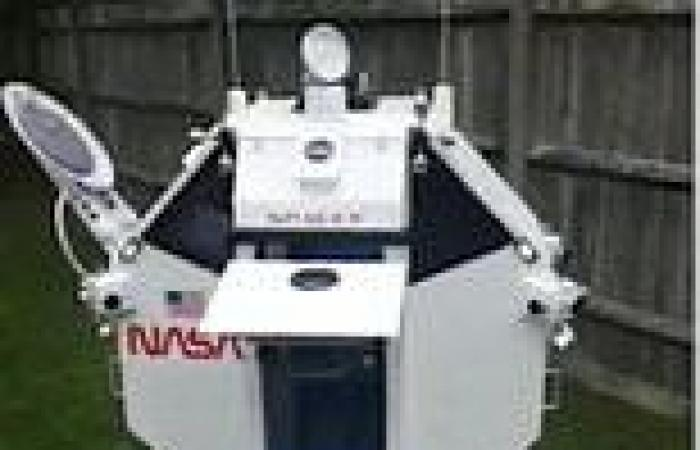 Grandfather builds mini Space X module with working doors for grandson who ...